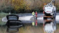 Pod wodą znalazły się samochody (PAP/EPA/SEBASTIEN NOGIER)